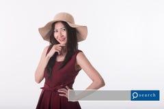 Mujer asiática de la Edad Media en vestido rojo con el gráfico del Search Engine Imagen de archivo libre de regalías