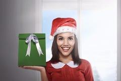 Mujer asiática de la Navidad hermosa feliz con los regalos verdes Imagen de archivo libre de regalías