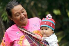 Mujer asiática de la tribu y su bebé Foto de archivo
