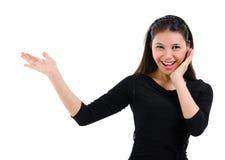 Mujer asiática de las sorpresas que muestra el espacio en blanco Fotos de archivo