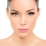Mujer asiática de los ojos verdes con maquillaje perfecto de la belleza