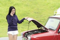Mujer asiática del adolescente que pide ayuda de la emergencia después de Br del vehículo Imagenes de archivo