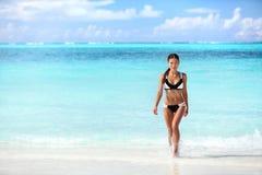 Mujer asiática del bikini atractivo de la playa que sale del agua fotos de archivo
