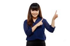 Mujer asiática del negocio joven acertado que señala en alguna parte fotos de archivo