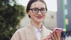 Mujer asiática del negocio joven hermoso almacen de metraje de vídeo