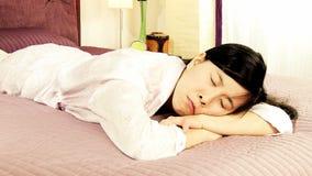 Mujer asiática deprimida triste que llora en cama metrajes