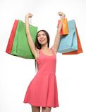 Mujer asiática después de hacer compras con las manos para arriba y los bolsos Imagen de archivo