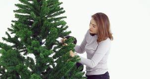 Mujer asiática e hijo que preparan el árbol de navidad metrajes