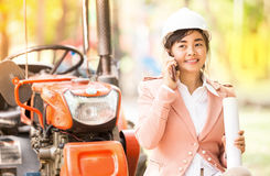 Mujer asiática ejecutiva del ingeniero que comprueba el emplazamiento de la obra foto de archivo libre de regalías
