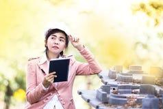 Mujer asiática ejecutiva del ingeniero que comprueba el emplazamiento de la obra imágenes de archivo libres de regalías