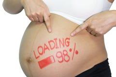 Mujer asiática embarazada con palabra pintada del cepillo - cargamento y figur Fotos de archivo