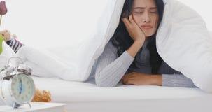 Mujer asiática en cama, ella se preocupó y subrayado almacen de video