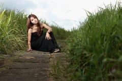 Mujer asiática en el prado Fotografía de archivo libre de regalías