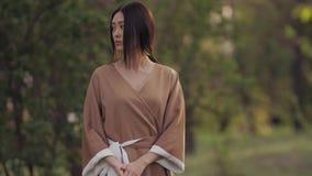 Mujer asiática en kimono japonés tradicional al aire libre almacen de metraje de vídeo