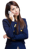 Mujer asiática en llamada de teléfono Foto de archivo libre de regalías