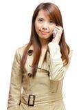 Mujer asiática en llamada de teléfono Imágenes de archivo libres de regalías
