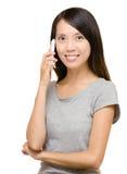 Mujer asiática en llamada de teléfono Foto de archivo