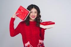 Mujer asiática en ropa caliente roja con los regalos Año Nuevo de los días de fiesta Fotografía de archivo libre de regalías