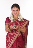 Mujer asiática en sari con la lámpara Imágenes de archivo libres de regalías