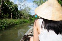 Mujer asiática en un barco en Vietnam Fotografía de archivo libre de regalías
