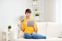 Mujer asiática feliz con PC de la tableta y la tarjeta de crédito Fotos de archivo