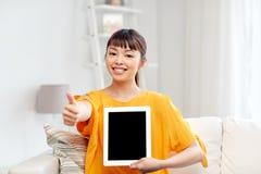 Mujer asiática feliz con PC y los pulgares de la tableta para arriba Fotografía de archivo libre de regalías