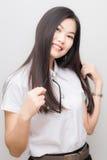 Mujer asiática feliz del estudiante en la sonrisa blanca del traje Fotos de archivo