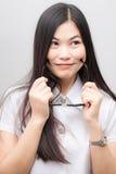 Mujer asiática feliz del estudiante en la sonrisa blanca del traje Imagen de archivo libre de regalías