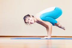 Mujer asiática feliz que hace el ejercicio de la yoga interior en casa Fotos de archivo libres de regalías