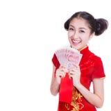 Mujer asiática feliz que sostiene un sobre rojo con el dinero Imagen de archivo libre de regalías