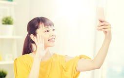 Mujer asiática feliz que toma el selfie con smartphone Imagen de archivo