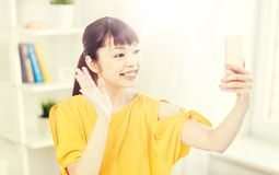 Mujer asiática feliz que toma el selfie con smartphone Fotografía de archivo libre de regalías