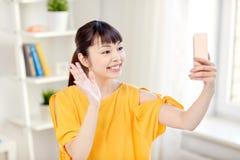 Mujer asiática feliz que toma el selfie con smartphone Fotos de archivo