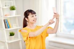 Mujer asiática feliz que toma el selfie con smartphone Fotos de archivo libres de regalías