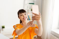 Mujer asiática feliz que toma el selfie por smartphone Imagen de archivo libre de regalías