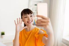 Mujer asiática feliz que toma el selfie por smartphone Fotografía de archivo libre de regalías