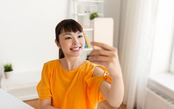 Mujer asiática feliz que toma el selfie por smartphone Fotografía de archivo