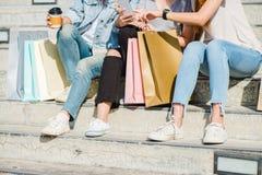 Mujer asiática hermosa atractiva que usa un smartphone mientras que hace compras en la ciudad Adolescente asiático joven feliz en Imagen de archivo
