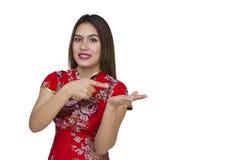 Mujer asiática hermosa con el vestido tradicional chino, ne chino Imagen de archivo libre de regalías