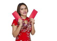 Mujer asiática hermosa con el vestido tradicional chino, packe rojo Imagenes de archivo