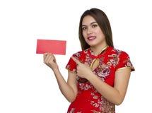 Mujer asiática hermosa con el vestido tradicional chino, packe rojo Imagen de archivo libre de regalías
