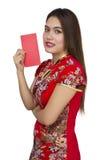 Mujer asiática hermosa con el vestido tradicional chino, packe rojo Foto de archivo libre de regalías