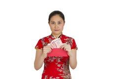 Mujer asiática hermosa con el vestido tradicional chino, packe rojo Imagen de archivo