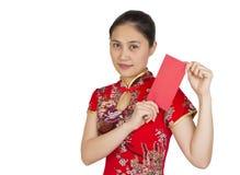 Mujer asiática hermosa con el vestido tradicional chino, packe rojo Fotografía de archivo