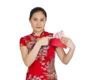 Mujer asiática hermosa con el vestido tradicional chino, packe rojo Fotos de archivo libres de regalías
