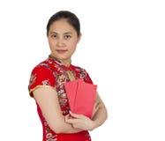 Mujer asiática hermosa con el vestido tradicional chino, packe rojo Foto de archivo