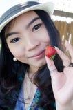 Mujer asiática hermosa con la fresa Imágenes de archivo libres de regalías