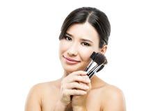 Mujer asiática hermosa con los cepillos del maquillaje Imagen de archivo libre de regalías