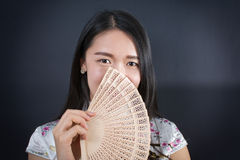 Mujer asiática hermosa con una fan de la mano Imagenes de archivo