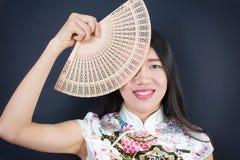 Mujer asiática hermosa con una fan de la mano Imagen de archivo